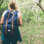 Kvinna-vandrar-i-skog-1024×683